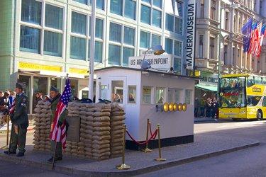 Checkpoint Charlie a Berlino