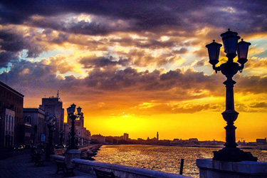 lungomare di bari al tramonto