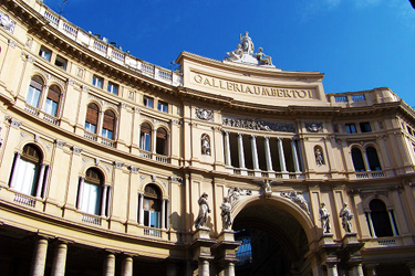 L'ingresso principale su Via San Carlo
