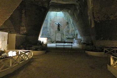 La statua del Monacone nel Cimitero delle Fontanelle di Napoli