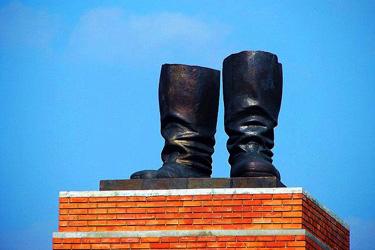 I piedi della gigantesca statua di Stalin