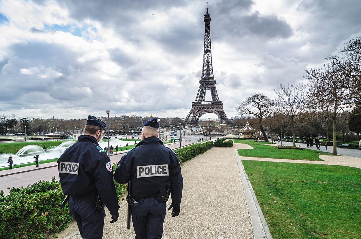 Poliziotti sorvegliano la Torre Eiffel