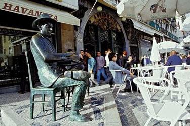 La statua di Pessoa al Caffè La Brasileira