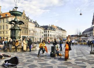 Piazza del Municipio e il viale pedonale dello Strøget a Copenaghen