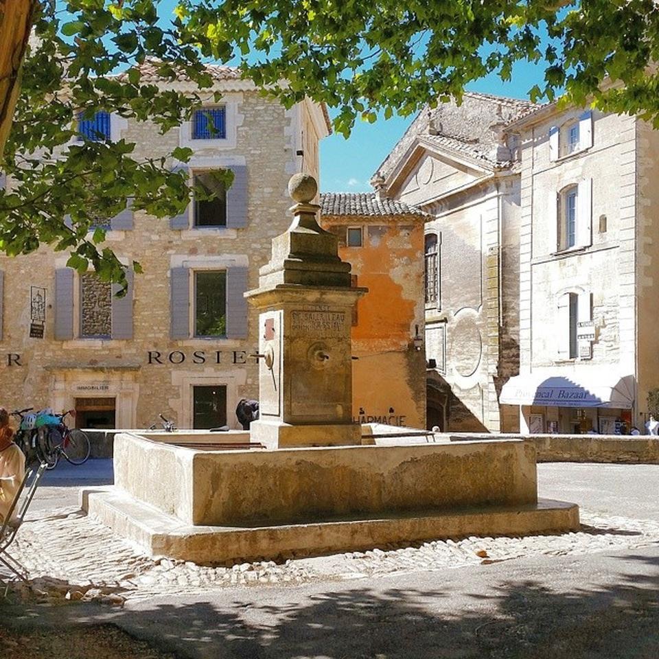 La fontana ai piedi del Castello di Gordes
