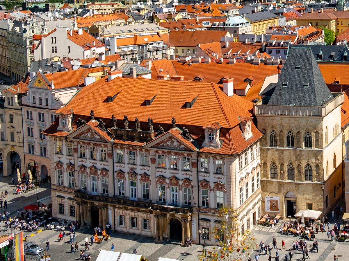 Palazzo Kinsky e a destra la Casa alla Campana di Pietra