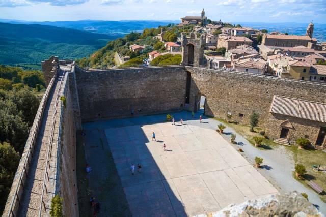 Le mura fortificate del borgo di Montalcino