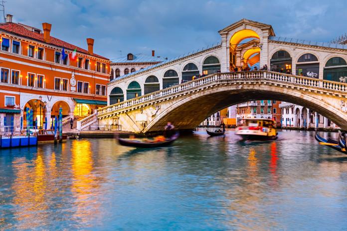 I ponti di venezia rialto accademia scalzi sospiri for Disegni di ponte anteriore