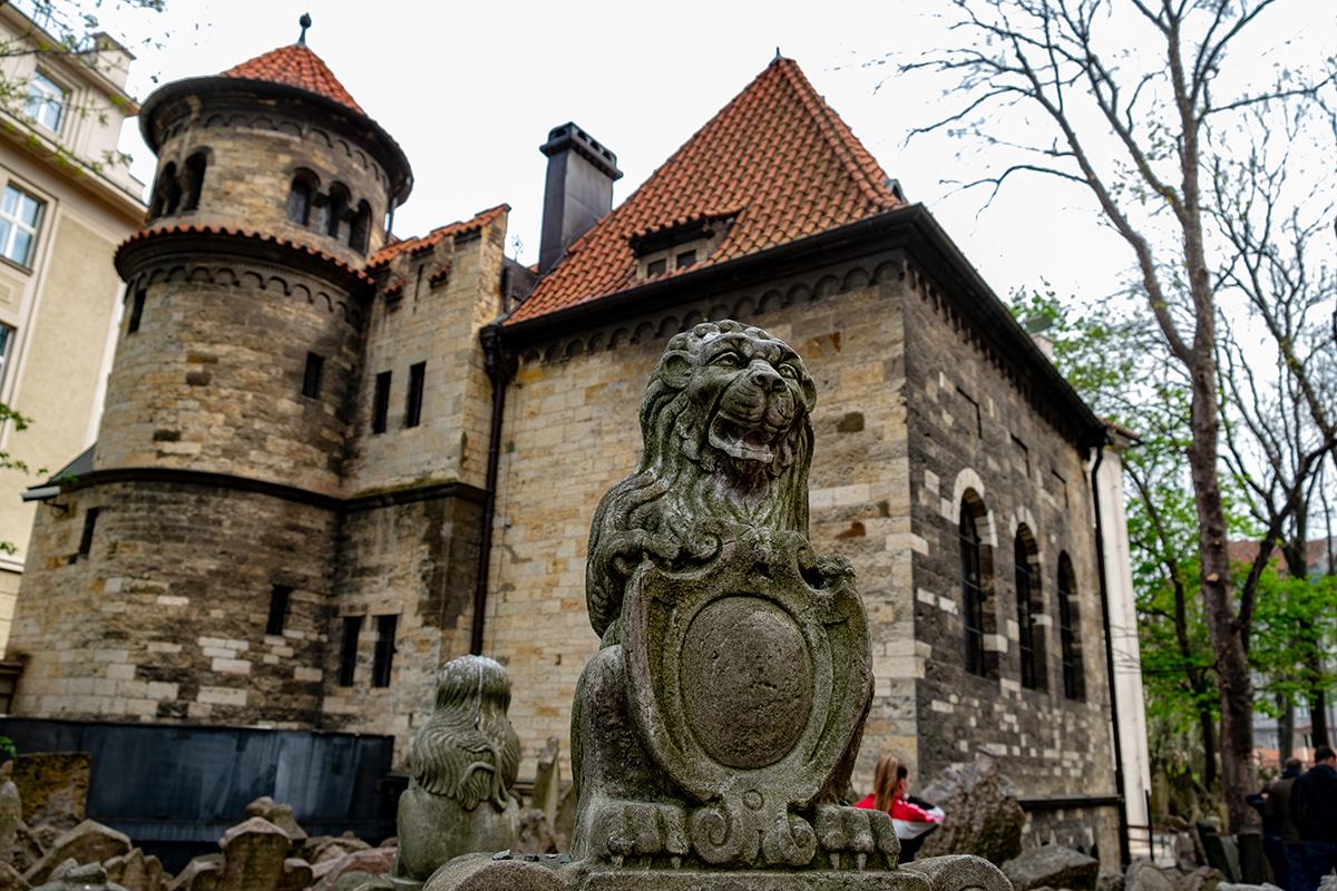 Tomba con leone e sullo sfondo la Sala Cerimoniale