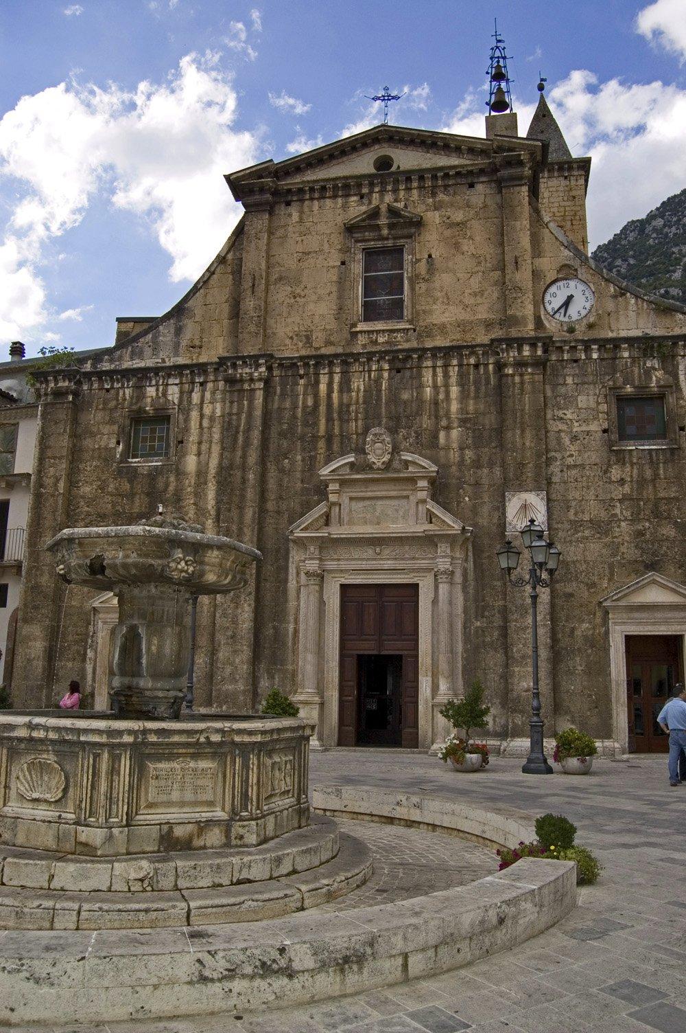 Piazza del Popolo, fontana e la chiesa di Santa Maria Maggiore