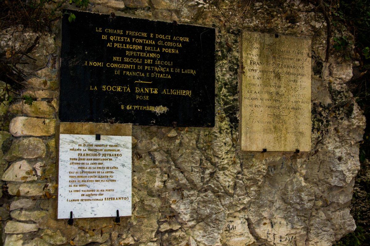 La lapide che ricorda Petrarca a Fontaine-du-Vaucluse