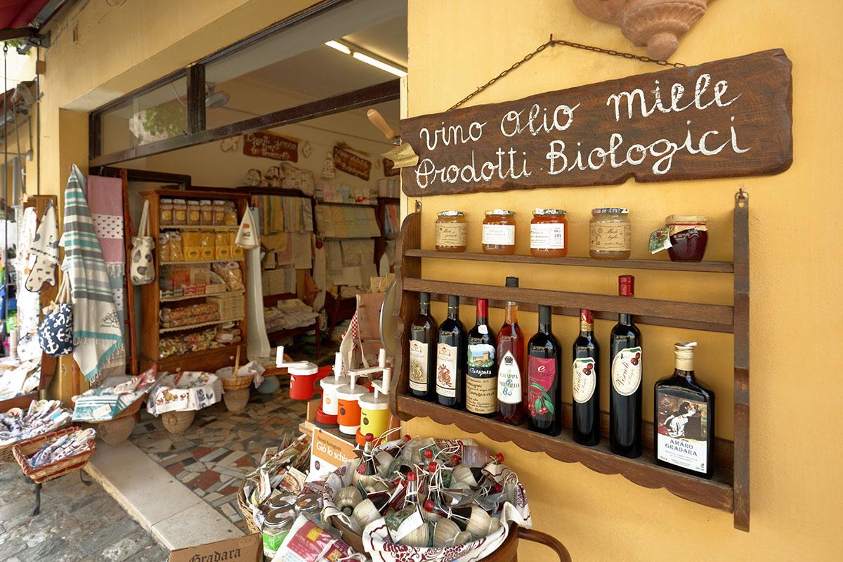 Bottega con prodotti tipici di Gradara e delle Marche