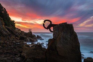Il peine del viento è un'opera scultorea realizzata nel 1977 dall'artista spagnolo Eduardo Chillida per la sua città, San Sebastián