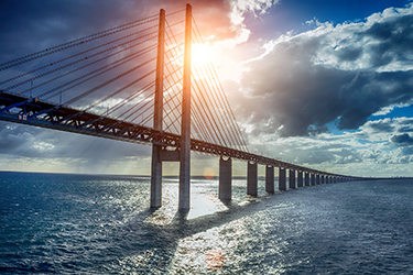 il suggestivo Ponte di Öresund, sospeso sul mare.