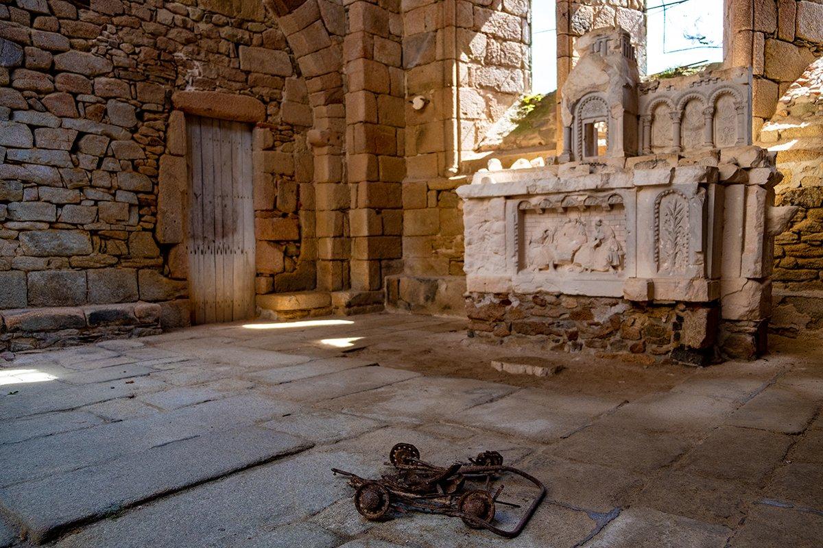 L'altare della chiesa con un passeggino