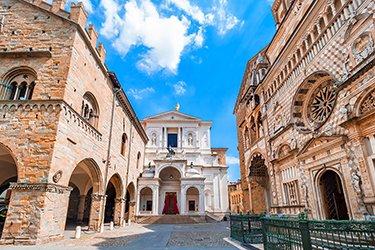 La chiesa di Santa Maria Maggiore con a sinistra Palazzo della Ragione e Chiesa di Sant'Alessandro.