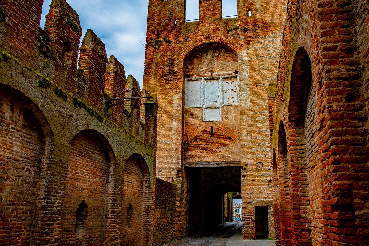 Vista interna di Porta Legnago nella Rocca degli Alberi