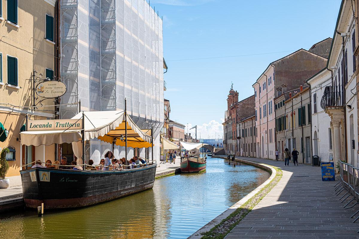 Canale di Comacchio con ristorante sulla barca
