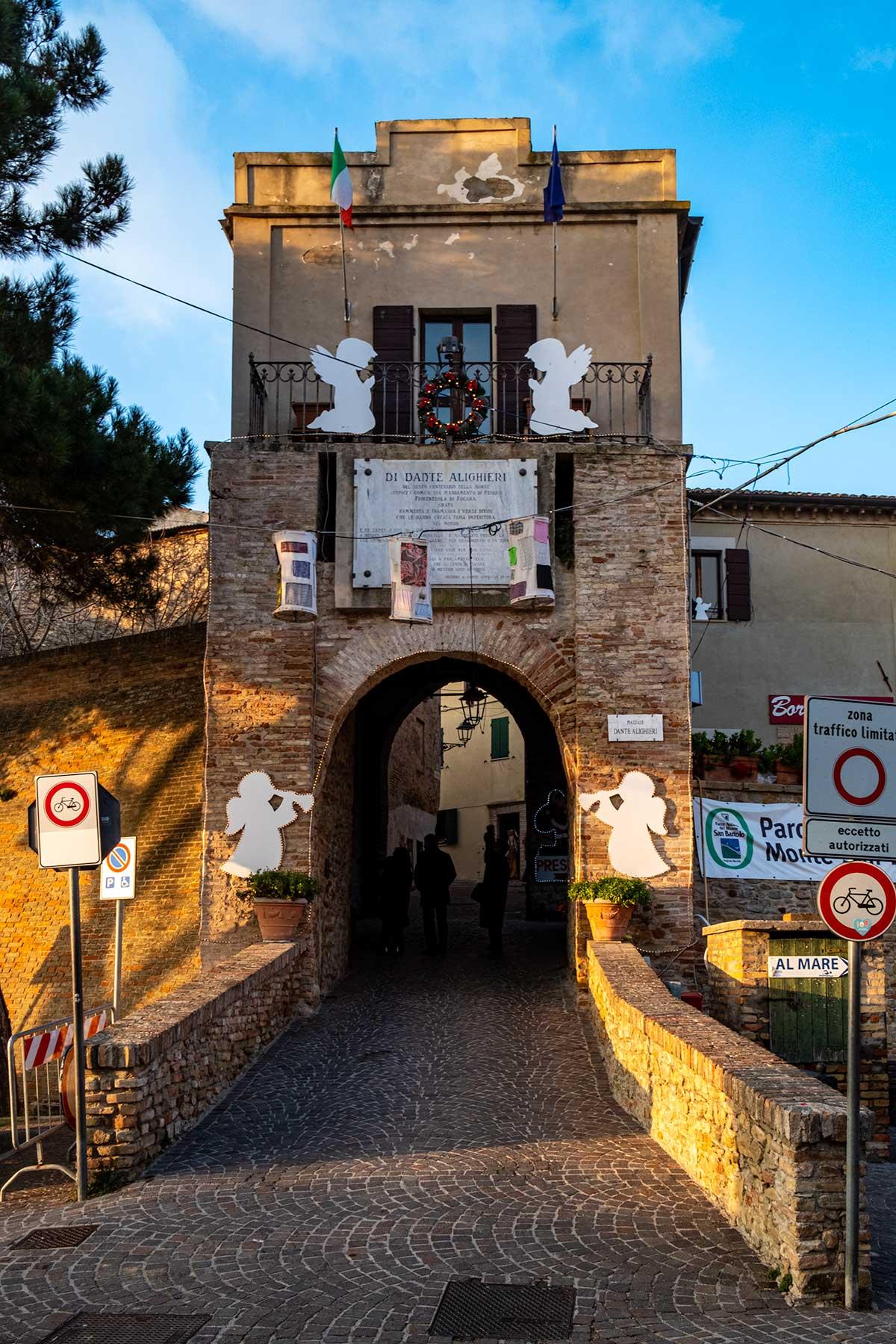 L'ingresso al borgo di Fiorenzuola di Focara