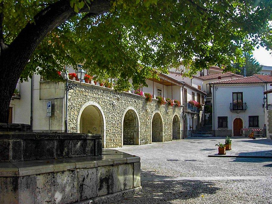 La piazza di Rocca San Felice