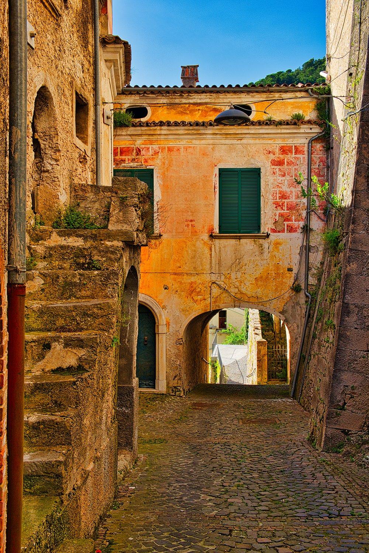 Vicoletto con arco nel borgo di Pesche