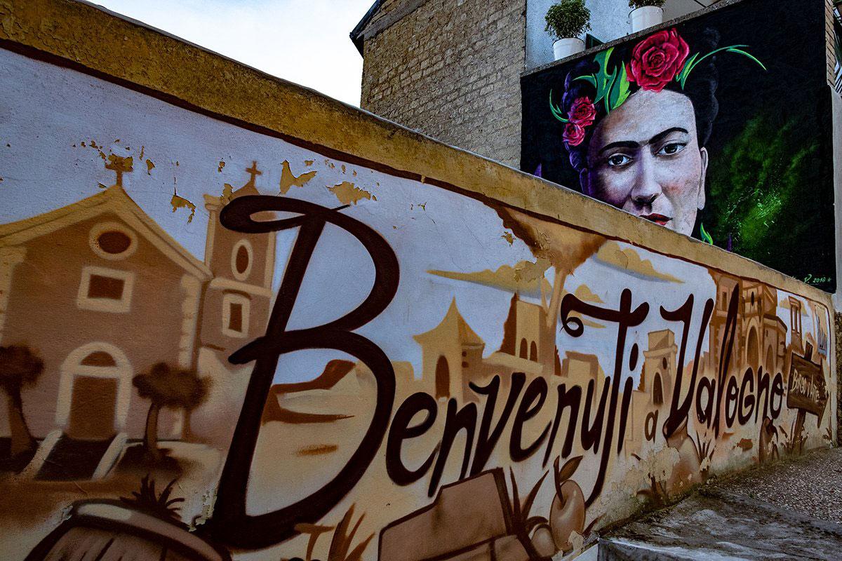 """Murales """"Benvenuti a Valogno"""" e quello di Frida Kalho di Valentino Silvestre"""